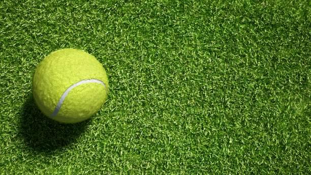 Balle de tennis sur fond de texture de faux gazon. Mettez votre rendu logo.3d. Prêt pour votre conception. - Photo