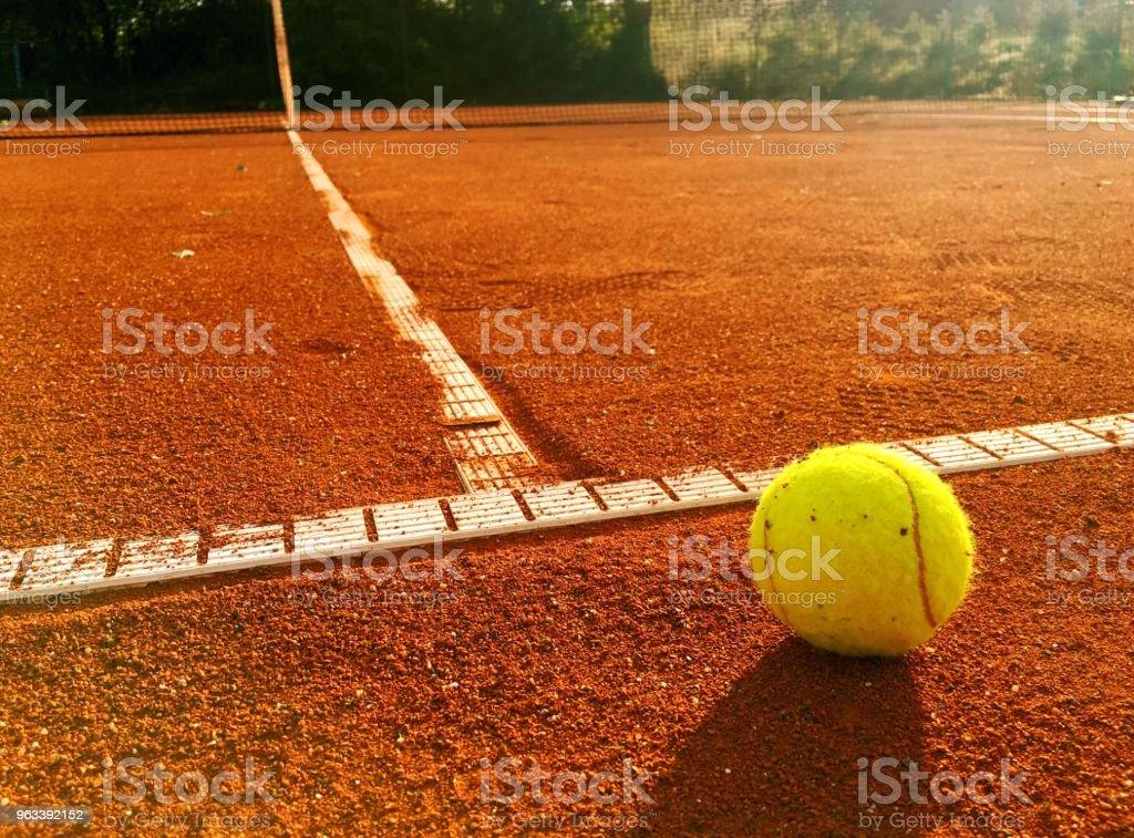 Piłka tenisowa na linii serwisowej - Zbiór zdjęć royalty-free (Kort ziemny)