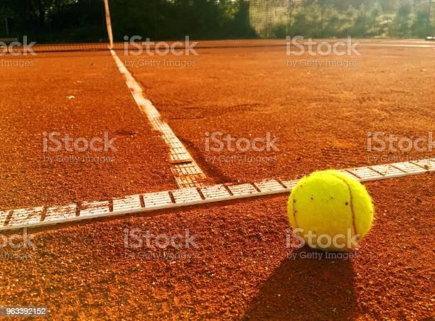 Piłka Tenisowa Na Linii Serwisowej - zdjęcia stockowe i więcej obrazów Kort ziemny