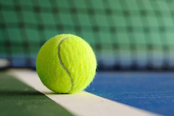 Balle de Tennis sur la ligne avec filet en arrière-plan - Photo