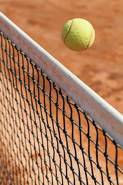 Tennisball über das Netz – Foto