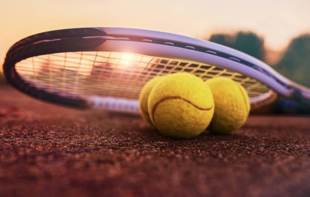 Balle de tennis avec une raquette sur le court de tennis. Concept sport, de loisirs - Photo