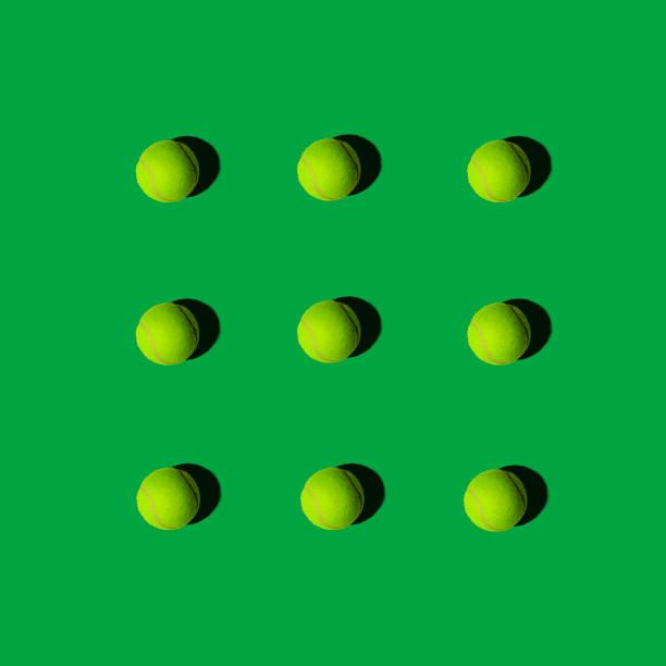 tennisbälle in muster auf einem grünen hintergrund, flache layout - fußball poster stock-fotos und bilder
