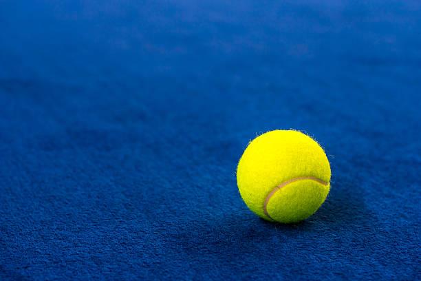 Tennis balls on blue court. – Foto