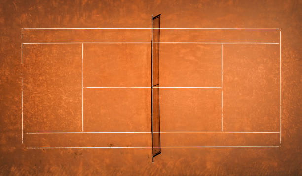 tennis-sandplatz. blick von der vogelflug. luftaufnahmen - aerial overview soil stock-fotos und bilder