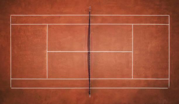 clay tennisbaan. uitzicht vanaf de vlucht van de vogel. luchtfotografie - tennis stockfoto's en -beelden