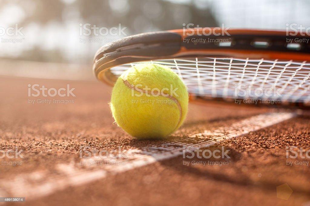 Campo da tennis con pallina da tennis e racchetta - foto stock