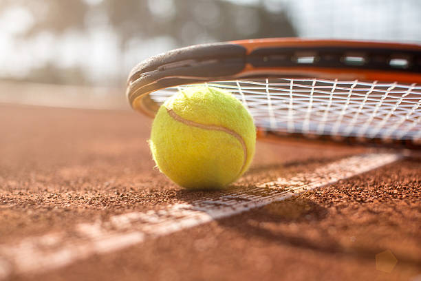 Tennisplatz mit tennis-ball und Schläger – Foto