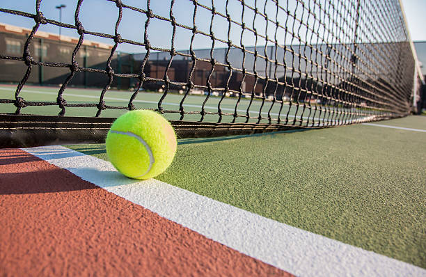 cancha de tenis y pelotas de tenis, de cerca - tenis fotografías e imágenes de stock