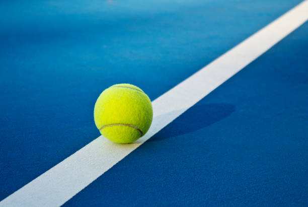 tennis spel. tennisballen op de tennisbaan. sport, recreatie concept - tennis stockfoto's en -beelden