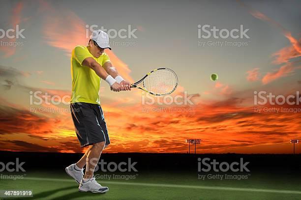 Jugador De Tenis En La Puesta De Sol Foto de stock y más banco de imágenes de Tenis
