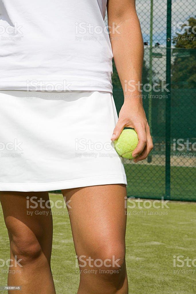 a tenista segurando uma Bola de Ténis foto de stock royalty-free