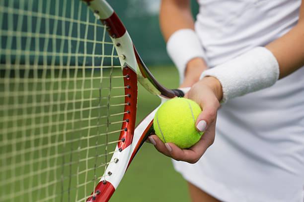 jugador de tenis y raqueta de retención de bola en las manos - tenis fotografías e imágenes de stock