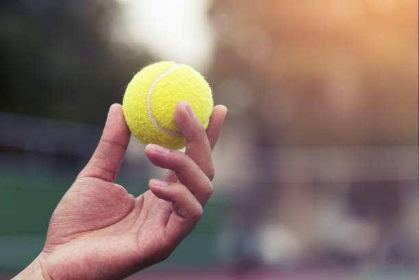 Joueuse de tennis tient le ballon et s'apprête à servir. - Photo