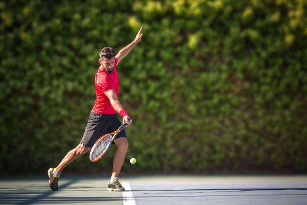 Tennis Spieler Mann schlägt Ball in einer Salve. – Foto
