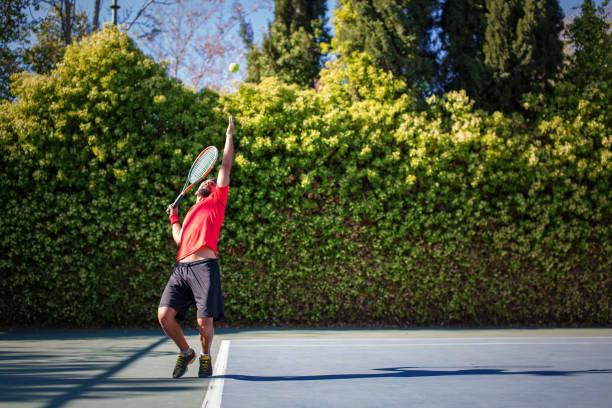 Tennis-Spieler spielen eine Partie Tennis auf einem Platz – Foto