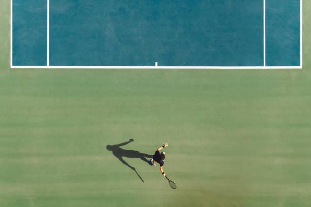 jugador de tenis jugando en pista dura - tenis fotografías e imágenes de stock
