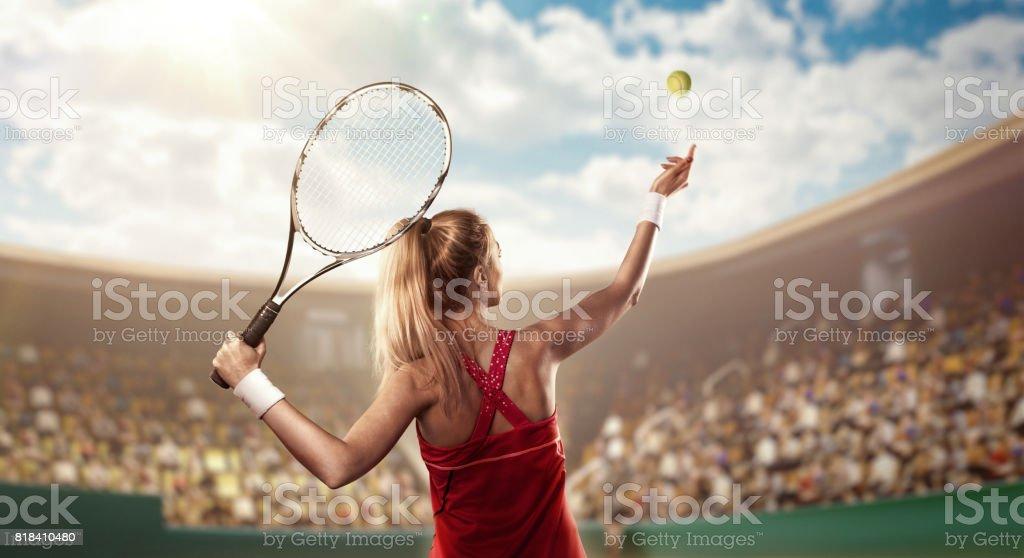 tenista servindo na quadra de tênis foto de stock royalty-free