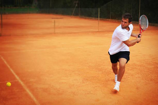 Tennis, starke Spieler schlägt den ball – Foto