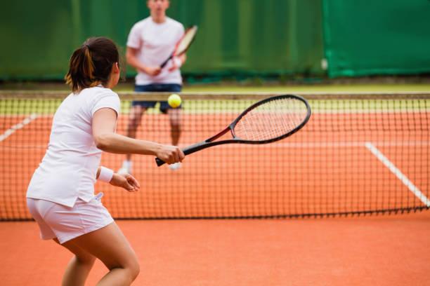 jugadores de tenis jugando a un partido en la cancha - tenis fotografías e imágenes de stock