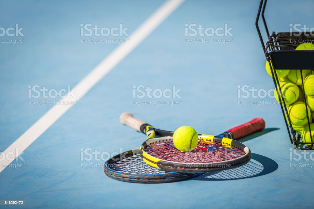 Raquette de Tennis et balles sur le Court - Photo