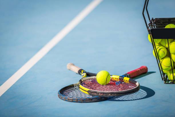 Raquette de Tennis et balles sur le Court - Photo
