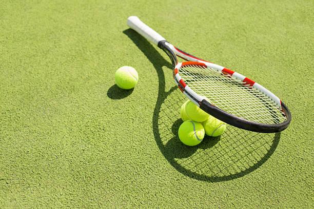 Raquette de Tennis et balles sur le court de Tennis sur gazon - Photo