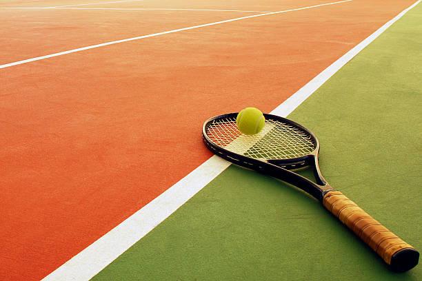 tennisschläger und gelbe ball - farbfeldmalerei stock-fotos und bilder