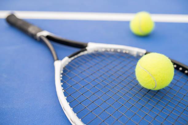 raqueta de tenis en azul - tenis fotografías e imágenes de stock