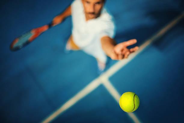 servicio de tenis. - tenis fotografías e imágenes de stock