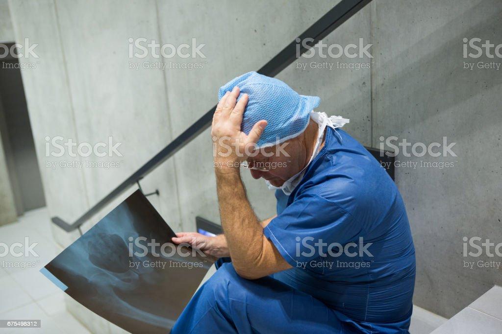 Gerildi erkek cerrah merdiven röntgende incelemek royalty-free stock photo