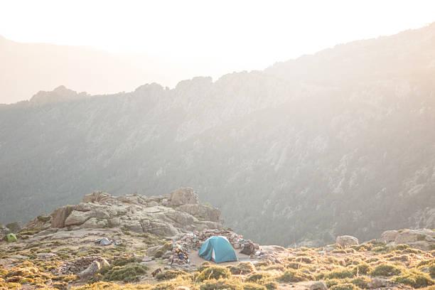 tent at the edge of a cliff - randonnée corse photos et images de collection