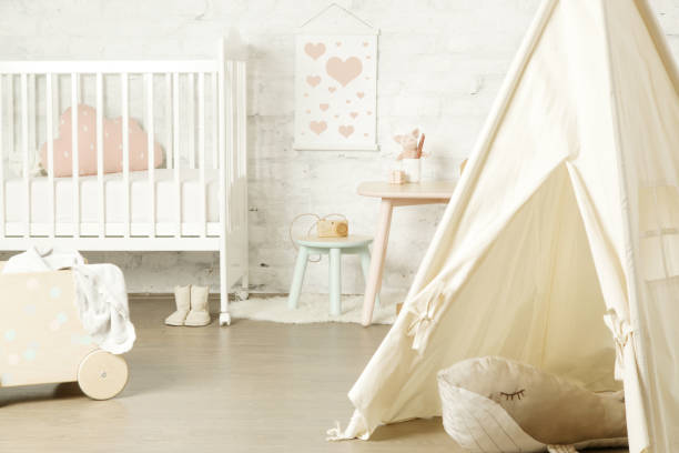 zelt-, krippen-und kindermöbel im kinderzimmer, schön dekoriertes kinderzimmer - tipi bett stock-fotos und bilder
