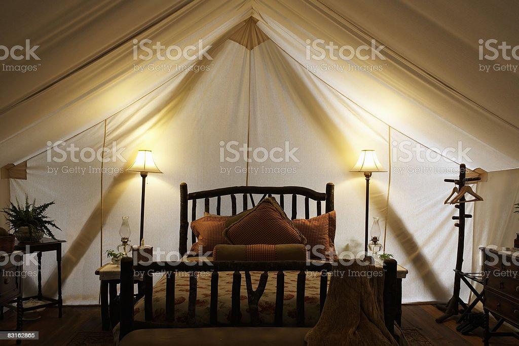 Tenda in interni con letti e lampade. foto stock royalty-free