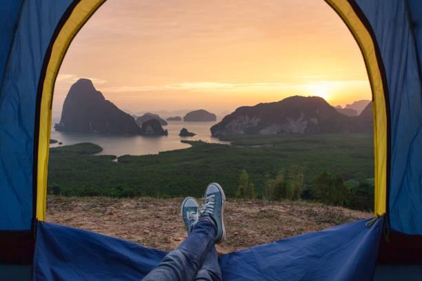 Zelt-Aussicht auf die Meeresbucht und die Felsen bei Sonnenaufgang. – Foto