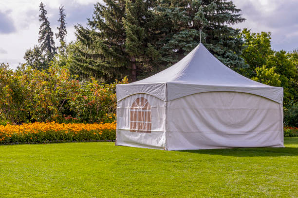 Tent Party tent - white garden party or wedding entertainment tent in a modern garden entertainment tent stock pictures, royalty-free photos & images