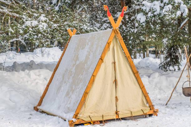 zelt-indianerzelt im winterwald - weidentipi stock-fotos und bilder