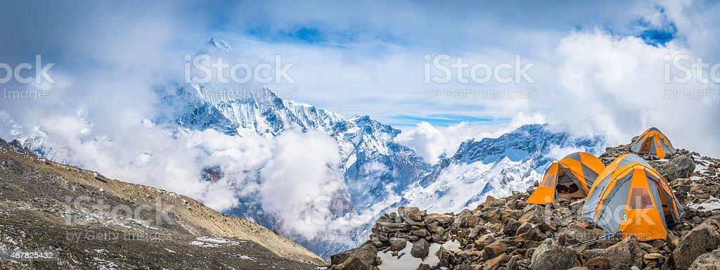 Zelte im Basislager hohen Berggipfeln panorama Annapurna Himalajagebirge Nepals – Foto