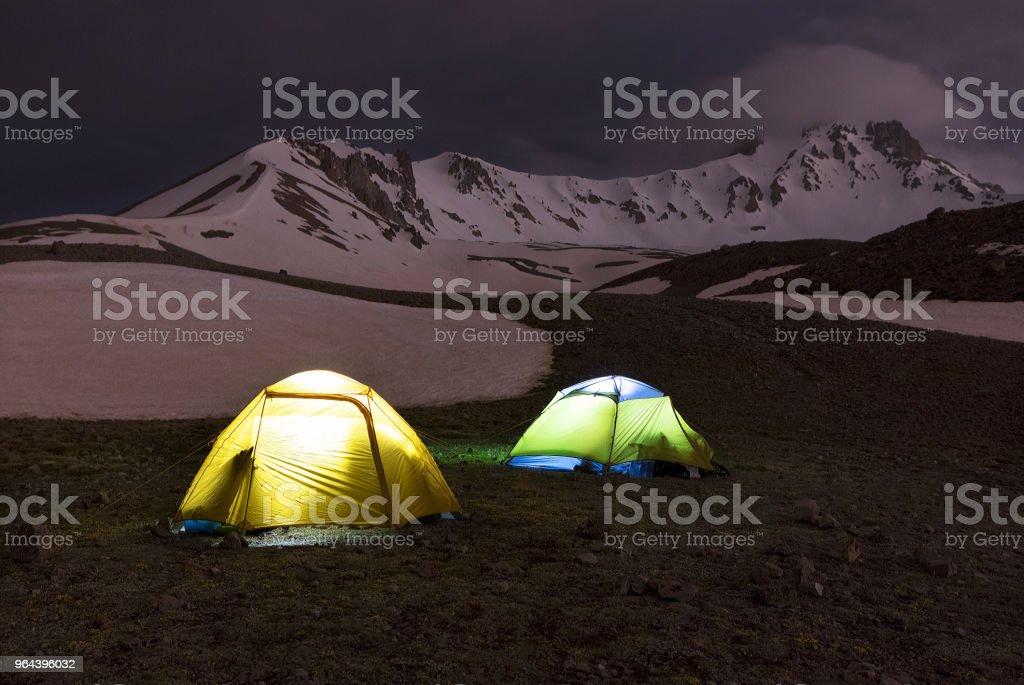 Tenten van toeristen zijn gelegen aan de voet van de berg Erciyes in Centraal Turkije - Royalty-free Berg Stockfoto