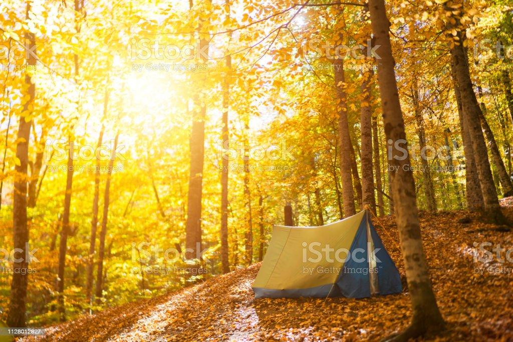 Zelten auf einem Hügel bei Sonnenaufgang – Foto