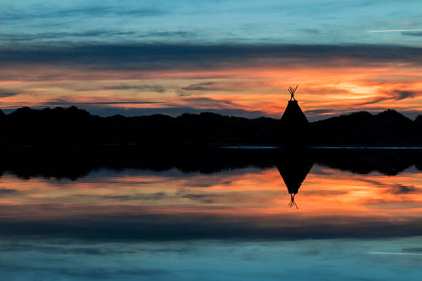 tepee lake reflection - indianer tipi stock-fotos und bilder