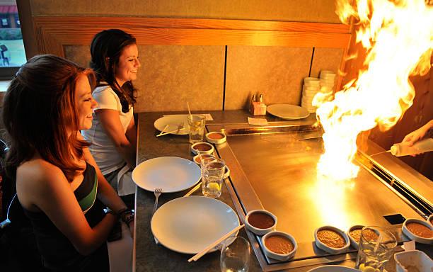 teppanyaki flammabriss - teppan yaki grill stock-fotos und bilder