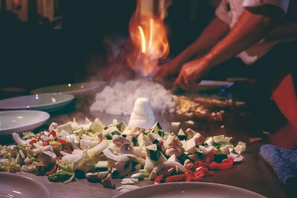 teppanyaki-restaurant. koch kochen. - teppan yaki grill stock-fotos und bilder