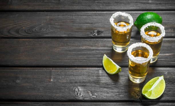 tequila i ett snaps glas salt och lime. - cactus lime bildbanksfoton och bilder