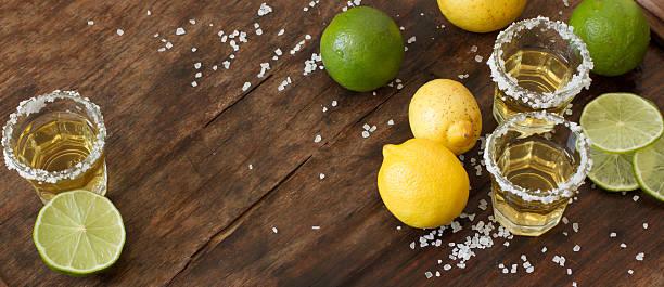 tequila citron vert et citron sur une table en bois - Photo
