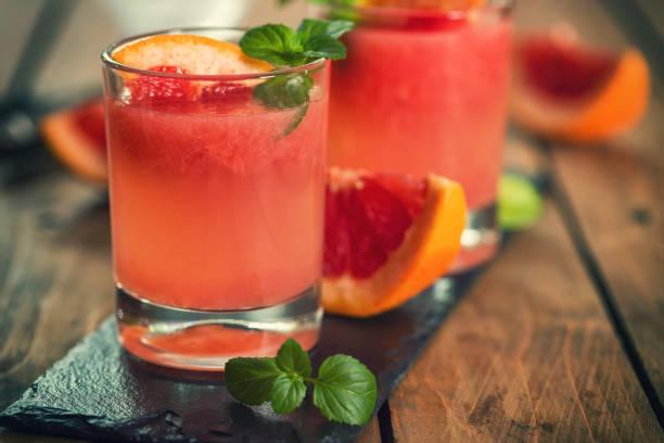 cóctel paloma de tequila con toronja fresca - mezcal fotografías e imágenes de stock