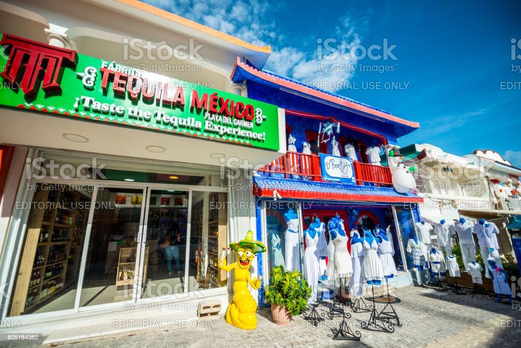 7dd92f97ce0 Tienda De Tequila Y Tienda De Ropa En Playa Del Carmen México Foto ...
