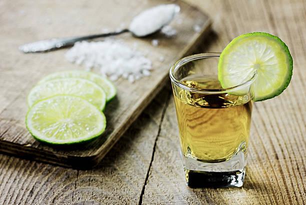 Tequila tourné avec sel et citron vert - Photo