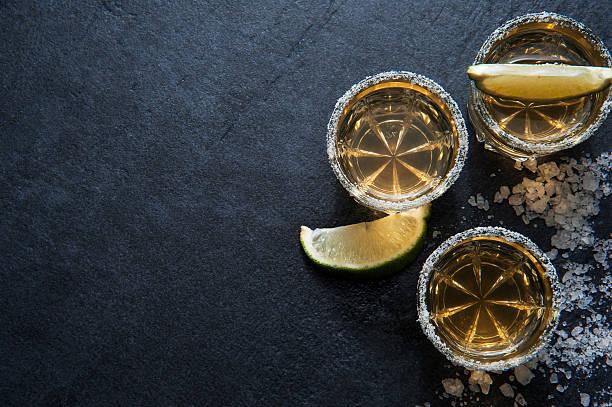 Tequila tirs avec la rondelle de citron vert, vue du haut - Photo