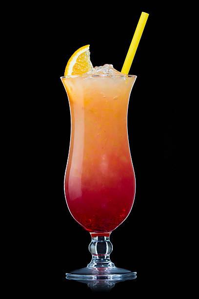 Tequila sunrise Cocktail, isoliert auf Schwarz – Foto